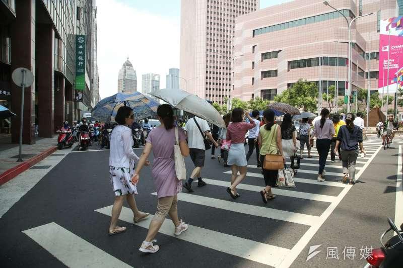 調查顯示,台北市家庭去年平均每戶消費支出達108.2萬元,為全台唯一消費支出破百萬的城市,更足足為台東縣的2倍有餘。圖為台北信義區街景。(資料照,陳明仁攝)