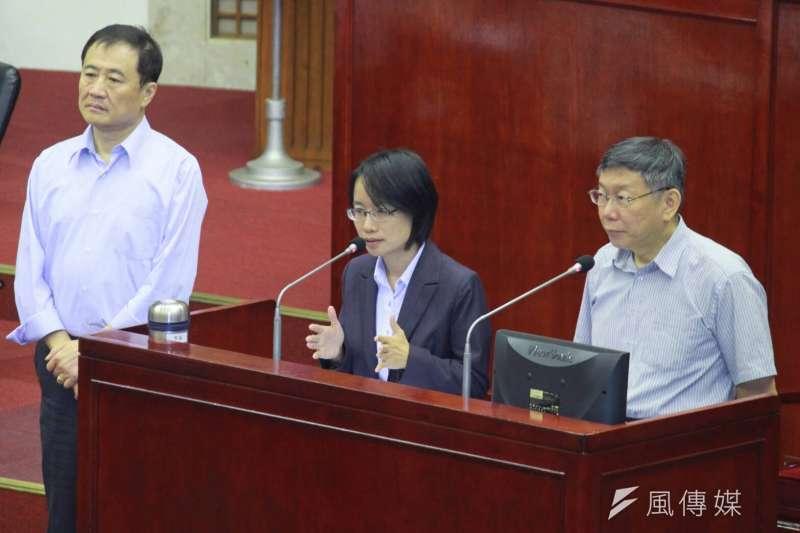 台北市議會5日進行總質詢,議員詢問北農總經理吳音寧是否有送洋酒,吳音寧在議會上鄭重否認。(方炳超攝)