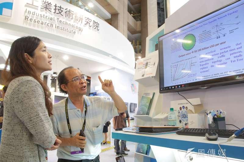 成功大學黃吉川教授(右)5日於2018台北國際電腦展科技部國際產學聯盟攤位,公佈「超級電腦」設計之雛形。(顏麟宇攝)