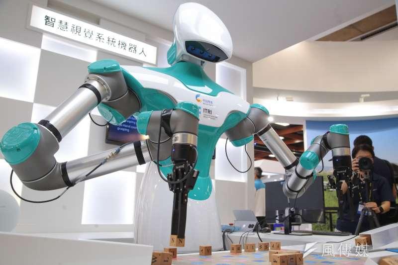 政府應該吸引附加價值與技術層級高的台商回流。圖為台北國際電腦展中展示智慧視覺系統機器人。(資料照片,顏麟宇攝)