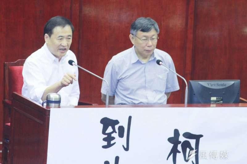 20180606_台北市議會總質詢,台北市副市長陳景峻(左)憤怒回應,右為台北市長柯文哲。(方炳超攝)