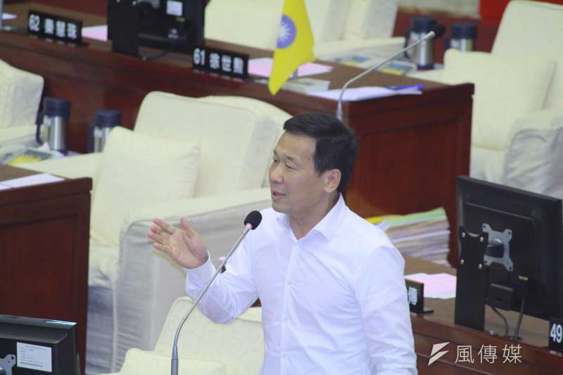 國民黨台北市議員鍾小平在市議會質詢。(方炳超攝)