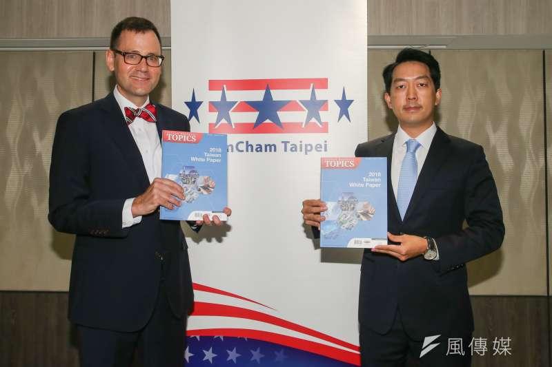 台北市美國商會發表《2018台灣白皮書》,由台北市美國商會會長章錦華簡報,左為執行長傅維廉。(資料照片,陳明仁攝)