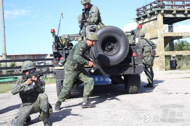 20180606-陸軍澎防部官兵向防區內空軍戰管雷達站實施增援,遂行反特攻作戰。(取自軍聞社)