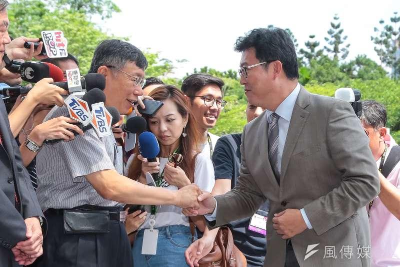 民進黨台北市長參選人姚文智(右)受訪表示,這讓大家看清楚柯文哲(左)的思想反覆,沒有中心價值。(資料照,顏麟宇攝)