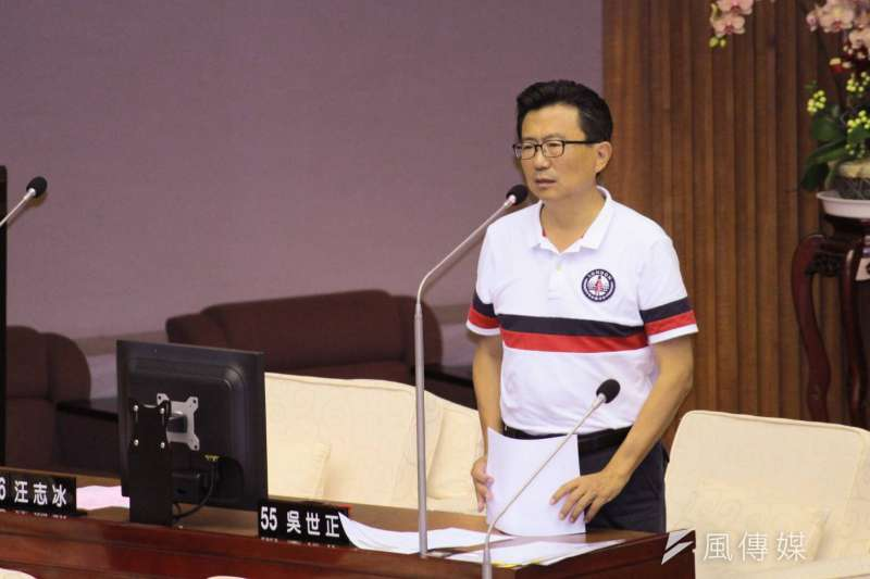 國民黨市議員吳世正質詢時,繼續針對北農相關議題質詢市長柯文哲與北農總經理吳音寧。(方炳超攝)