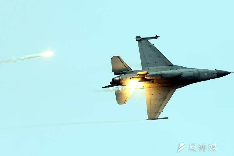 20180607-漢光演習實兵演練進入第四天,7日上午在第五作戰區台中清泉崗基地進行「聯合反空機降作戰演練」。圖為F-16戰機施放熱焰彈。(蘇仲泓攝)