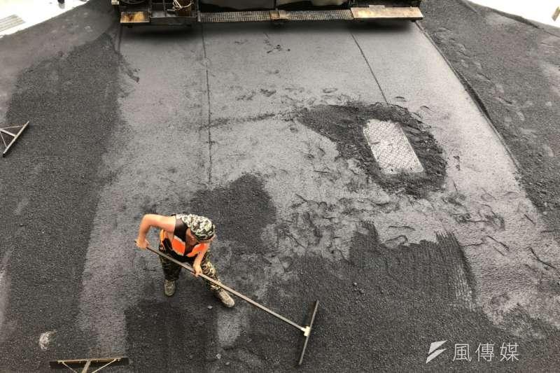 台灣該考慮高溫假了嗎?戶外工作、特別是鋪柏油所接收到的溫度特別高。(呂紹煒攝)