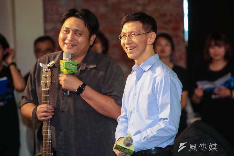 王文華(右)一路從台大到史丹佛,再進華爾街外商工作,擁有風光亮麗的頭銜,他內心卻感到空虛。(顏麟宇攝)