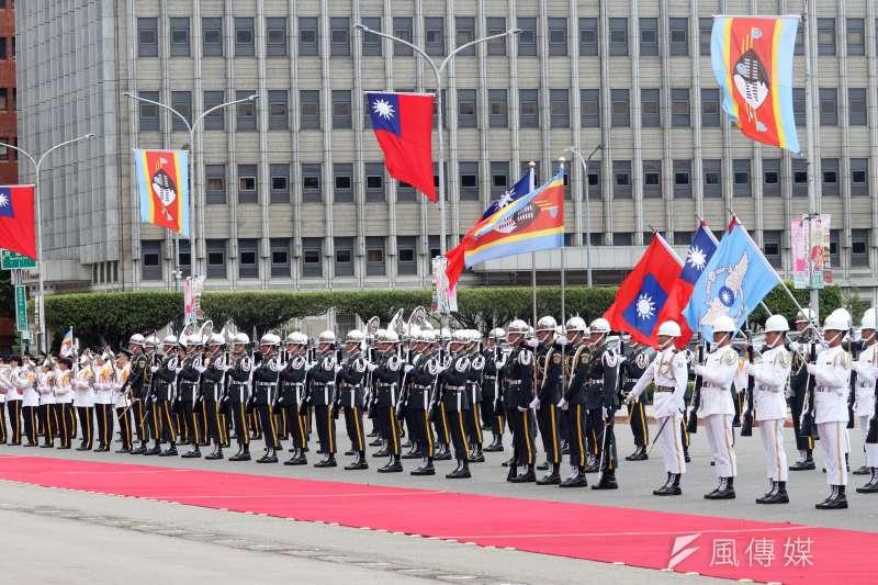 2018年,總統蔡英文以隆重軍禮歡迎史瓦帝尼王國國王恩史瓦帝三世。(資料照,蘇仲泓攝)