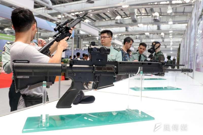 軍備局現場展示瞄準鏡、捕捉器、新式戰鬥個裝,吸引民眾參觀。(蘇仲泓攝)