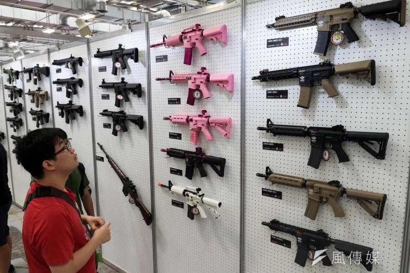 20180609-民眾在一字排開陳列的各式槍械前,駐足觀看。(蘇仲泓攝)