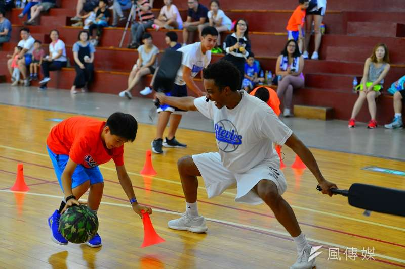 林書豪的高中教練布蘭登(中)受邀擔任SBC籃球訓練營的客座教練,指導小朋友。 (圖/金茂勛攝)