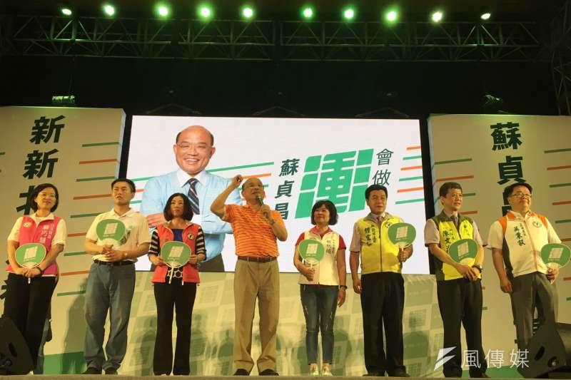 民進黨新北市長參選人蘇貞昌(中)今(9)晚舉行首場造勢晚會,現場人數暴棚,蘇營初估至少2000人。(周思宇攝)