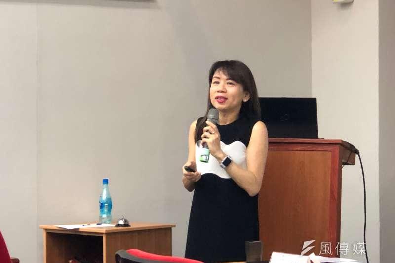 政大傳播學院教授陳憶寧說明,網路跳脫傳統紙媒「版面」的限制,讓即時新聞的產出量暴增,也是中央社在各類報導數量都大於傳統紙媒的原因。(黃宇綸攝)