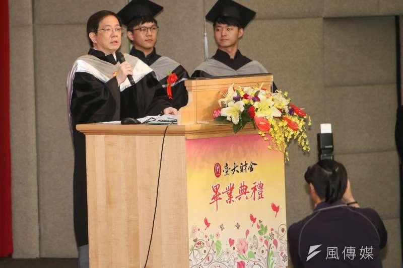 管中閔(左)送給台大財金系畢業生8個字「洞察趨勢 與時俱進」。(陳明仁攝)