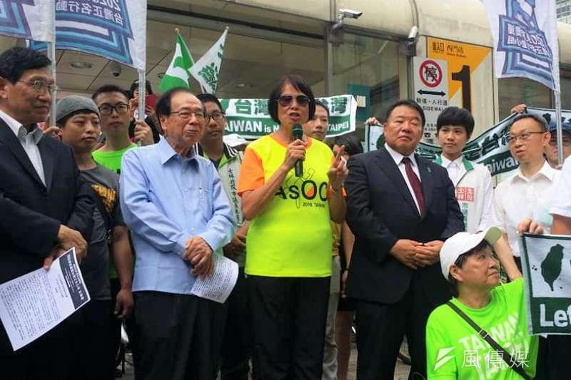 前奧運選手紀政(持麥克風者)曾有6項世界紀錄以台灣名義創下,她呼籲大家支持連署東京奧運台灣正名。(曾詩婷攝)