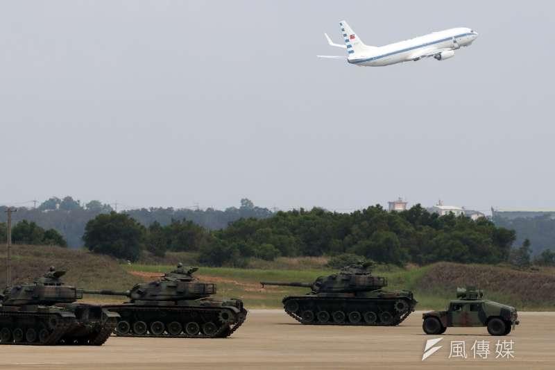 20180607-漢光34號演習,總統蔡英文的空軍一號起飛時,經過陸軍各式的演練車輛旁。(蘇仲泓攝)
