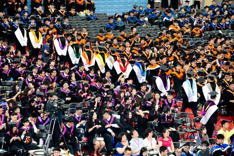 台灣大學畢業典禮,禮成結束時,畢業生們把畢業帽拋向空中。(陳明仁攝)