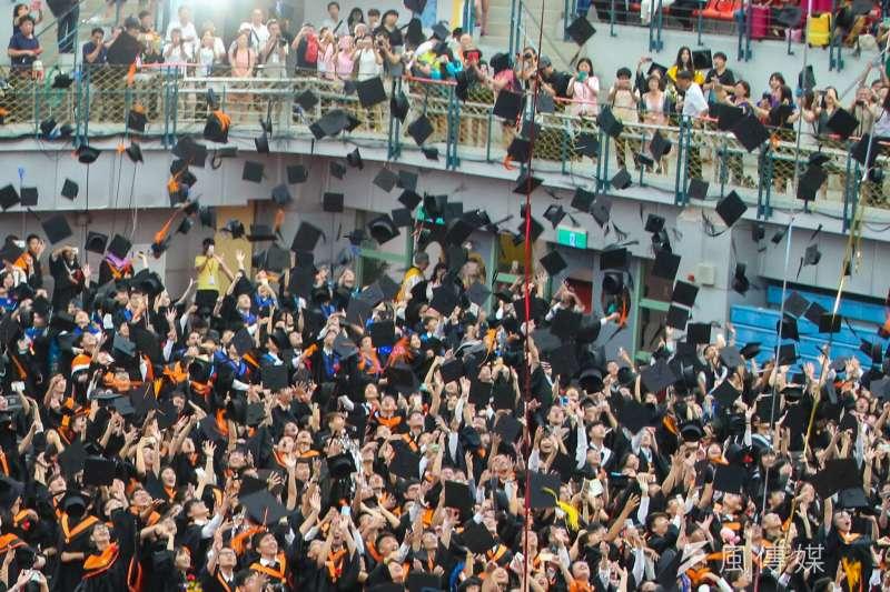 20180610-台灣大學畢業典禮,禮成結束時,畢業生們把畢業帽拋向空中。(陳明仁攝)
