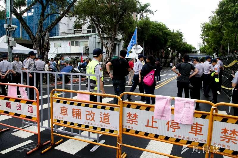 20180611-立法院臨時會召開首日,警方在立院周遭已做好「圍城防禦工事」,也影響了交通順暢性。(陳明仁攝)