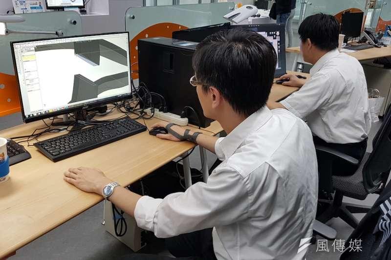 大學生修讀程式設計課程比率至今年已達60%,非資訊領域學生更突破40萬人。(資料照,方詠騰攝)