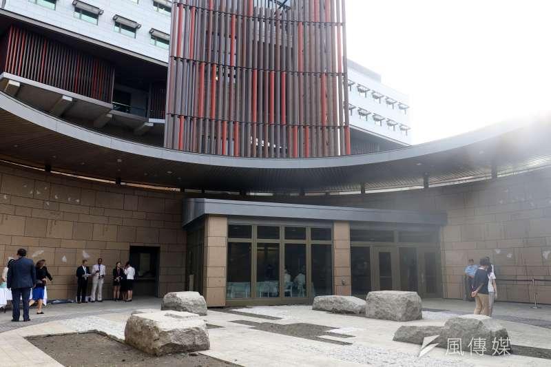 AIT新館維安可謂滴水不漏,前方玻璃門即為進建築物前的安全門,進入後就展開安檢作業。(蘇仲泓攝)