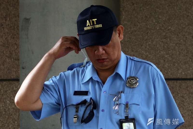 20180612_04.AIT維安圖。AIT警衛,制服上有歐美國家警察常見的警徽。AIT,AIT新館。(蘇仲泓攝)