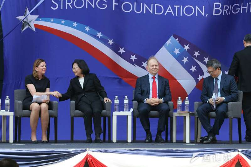 美國在台協會AIT內湖新館12日落成。AIT處長梅健華(右一)表示,美國國務院主管教育、文化的助卿羅伊斯(左一)來台參加是非常合適的人選,反映美台長久的合作關係。(蘇仲泓攝)