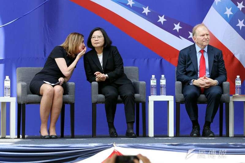 20180612-美國在台協會AIT內湖新館12日落成。美國助理國務卿瑪麗.羅伊斯(Marie Royce)(左)及總統蔡英文(右)。(蘇仲泓攝)