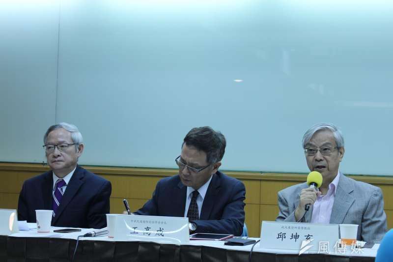 2018年6月13日,中華民國國際關係學會舉辦「川金會後的朝鮮半島與東北亞情勢」座談會,政大東亞所名譽教授邱坤玄發言。(蔡亦寧攝)