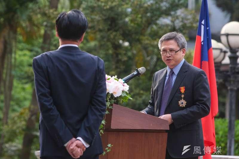 AIT處長梅健華13日獲外交部頒贈「特種外交獎章」。(顏麟宇攝)