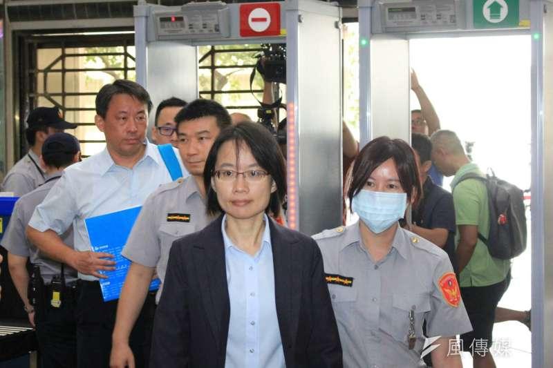 北農總經理吳音寧13日因「送菜案」、「送酒案」赴北檢。(方炳超攝)
