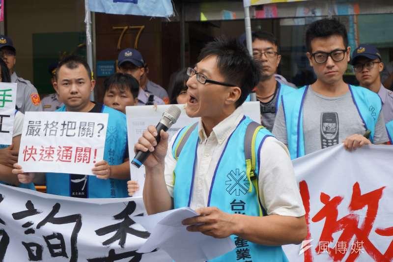 公共電視工會理事王燕杰痛批,資方團體要求比《勞基法》的最低標準還要更低,政府也是其中的幫凶。(陳子萱攝)