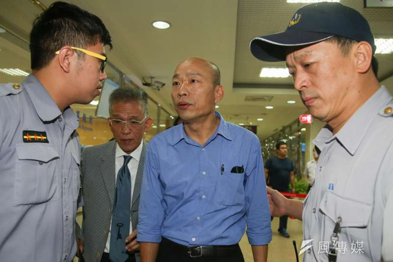 20180614-前北農總經理韓國瑜,以被告及証人身份到北檢應訊,在法警導引下進入法庭。(陳明仁攝)