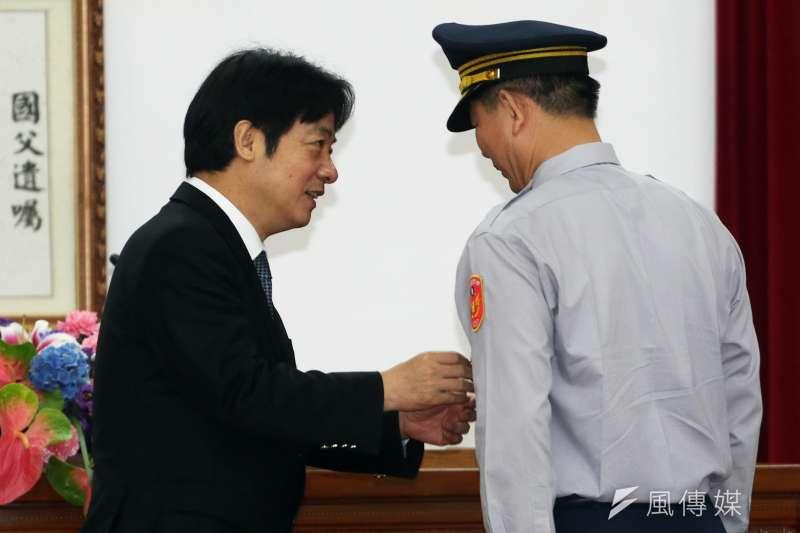 行政院長賴清德(左)上午出席107年警察節慶祝大會,會中表揚全國模範警察、資深績優警察兩類。(蘇仲泓攝)
