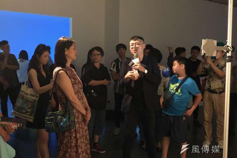 台北數位藝術中心16日重新開幕,展出「終身保固-家電羅曼史」展覽,策展人劉星佑也親自為民眾導覽,講解展覽作品的創作理念。(黃宇綸攝)