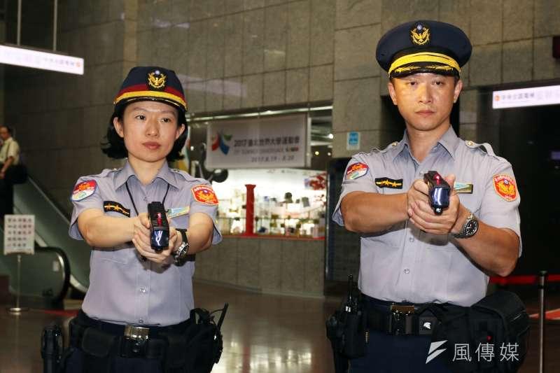 歐美國家警察常見隨身攜帶的另一種「非致命性武器」電擊槍,目前也在警方單位中開始使用。捷運警察隊開始配備電擊槍,以利在狹小空間的站體、車廂內,能夠避免使用槍枝,順利將疑犯逮捕。(蘇仲泓攝)