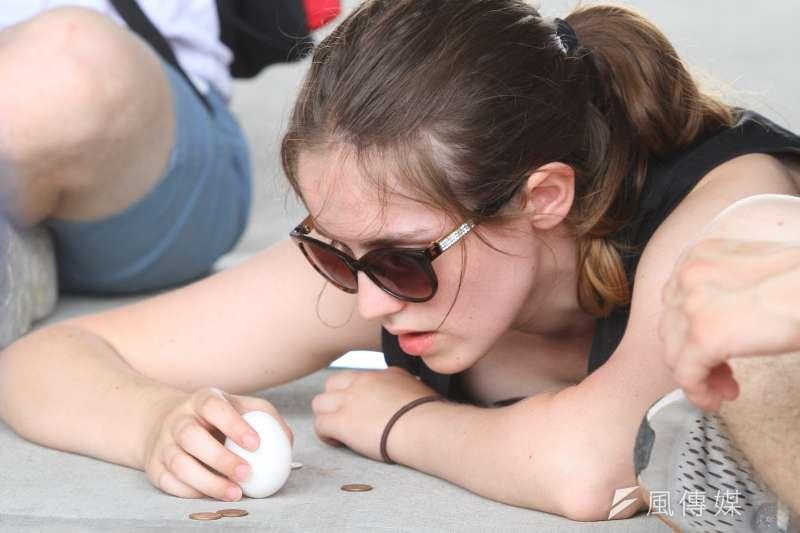 立蛋也是端午節一個很好玩的習俗,你知道應該怎麼跟外國人解釋「立蛋」嗎?(顏麟宇攝)
