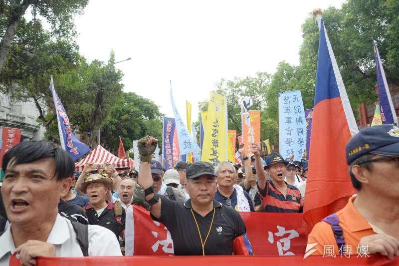 軍人年改案引起來自各地的退軍民眾陳抗遊行。(資料照,甘岱民攝)