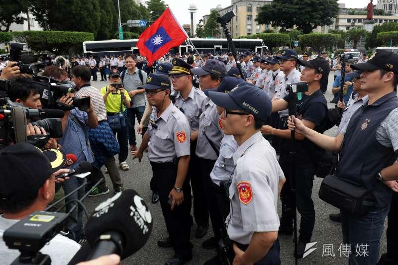20180619-反年改團體八百壯士上午開始在立法院周邊集結,現場佈滿警力。(蘇仲泓攝)