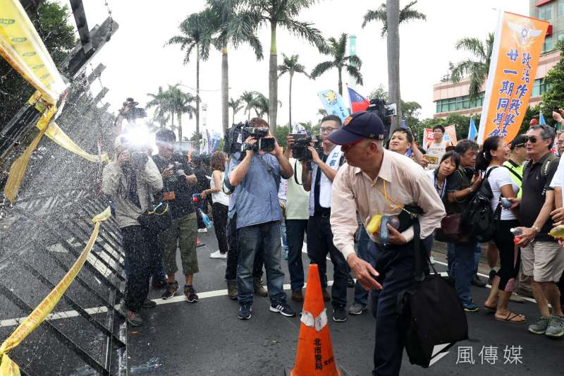 20180619-反年改團體八百壯士上午開始在立法院周邊集結,圖為反年改民眾丟水球。(蘇仲泓攝)