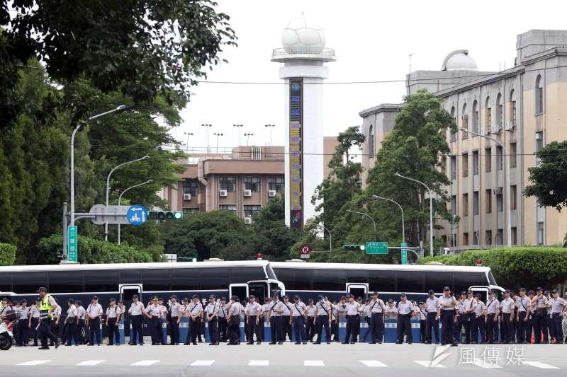 20180619-反年改團體八百壯士上午開始在立法院周邊集結,圖為警察將警備車充當障礙物。(蘇仲泓攝)