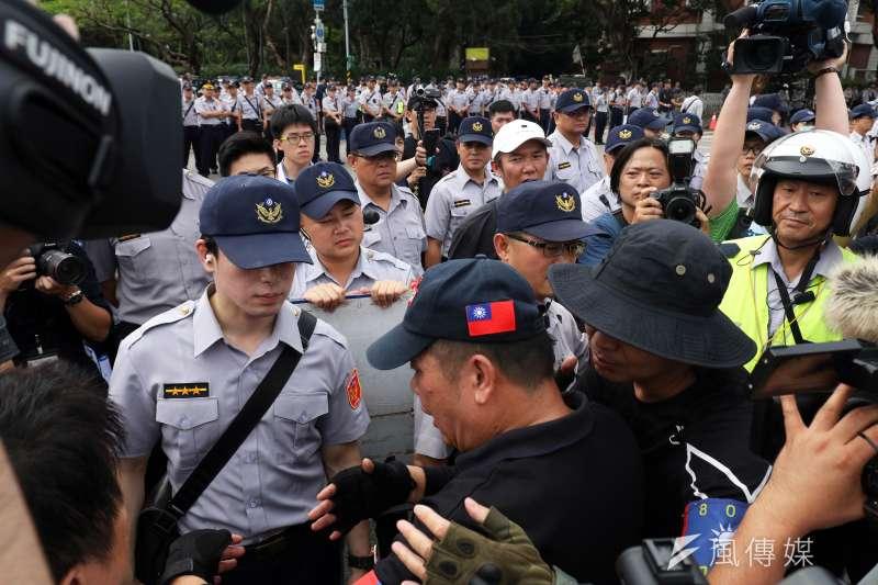 20180619-反年改團體八百壯士上午開始在立法院周邊集結,圖為四分衛成員與警方口角,旁人勸阻。(蘇仲泓攝)