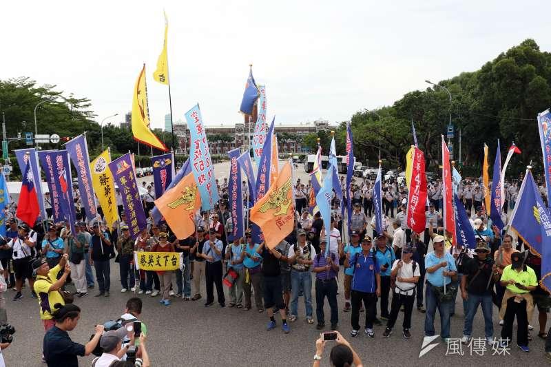 大法官20日受理軍人年改釋憲聲請,將於12月4日召開公開說明會。圖為反年改團體八百壯士的抗議場面。(資料照,蘇仲泓攝)