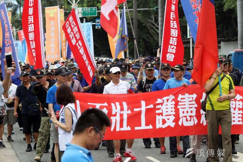 反軍改團體「八百壯士」下午繞行立法院周邊遊行。(蘇仲泓攝)