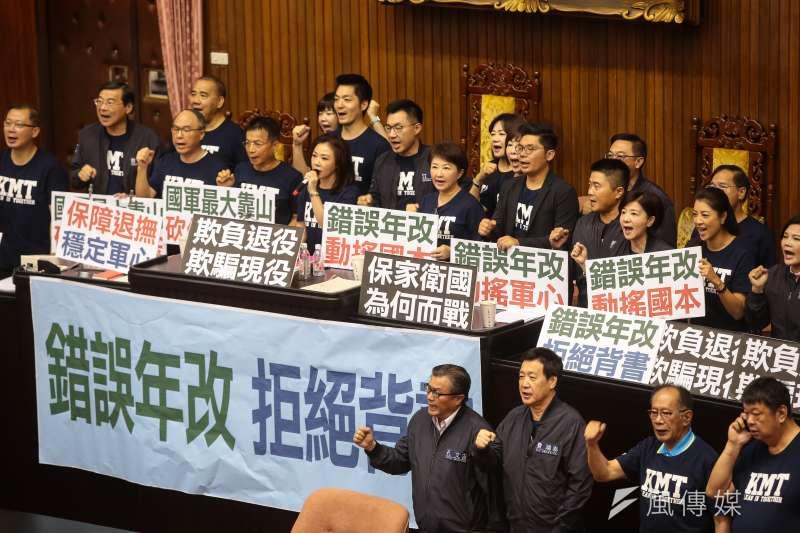 20180620-國民黨立院黨團立委20日於臨時會霸佔主席台。(顏麟宇攝)