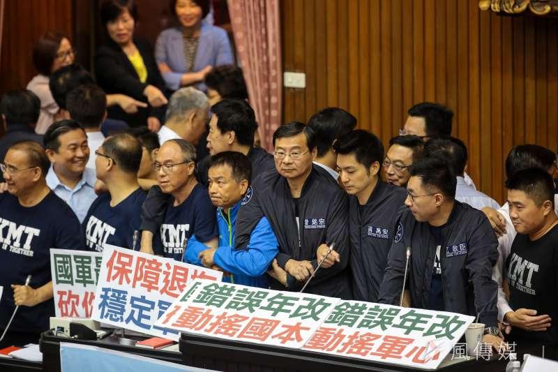 年改斬斷台灣福利國家之夢想。圖為國民黨團在審查軍人年改時佔住主席台反對。(資料照片,顏麟宇攝)