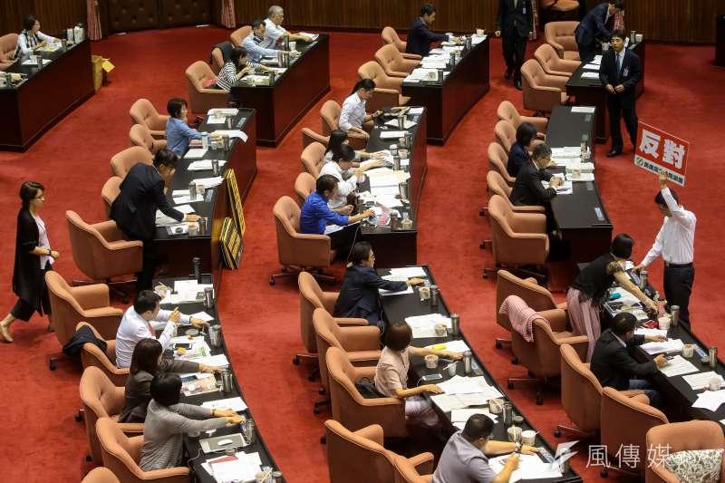 20180620-立法院20日於臨時會審查軍人年改案,並對有爭議條例進行表決。(顏麟宇攝)