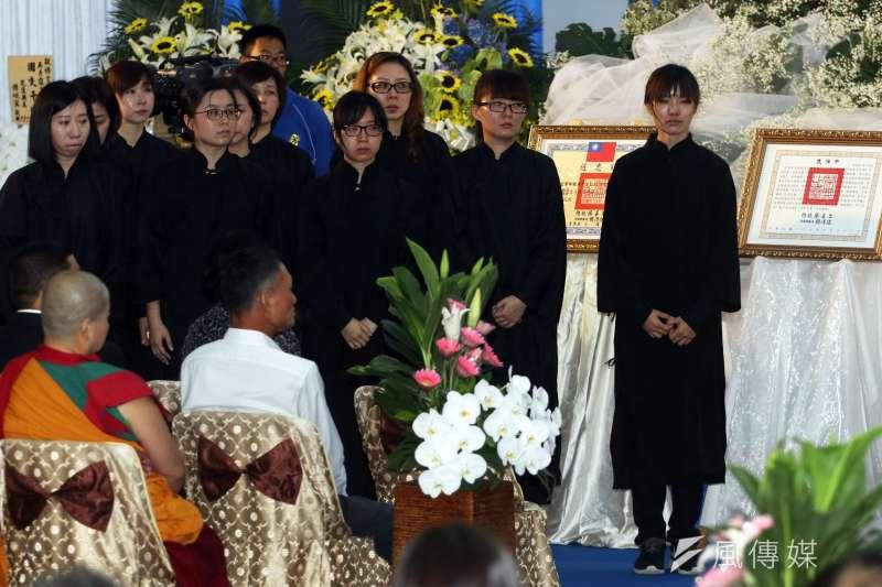 空軍第五聯隊飛官吳彥霆喪禮,遺孀林芳瑩(右)哀慟,總統蔡英文到場致敬。(蘇仲泓攝)